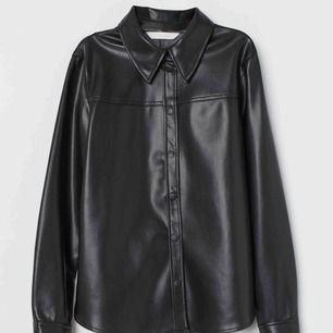 Helt slutsåld skjorta i läderimitation från H&M, storlek 38 men passar mer en 36. Oanvänd med prislappen kvar
