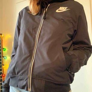 Tunn men snygg Nike jacka! Använd max 2 gånger. Kan mötas upp i Linköping annars betalar köparen frakt 📦