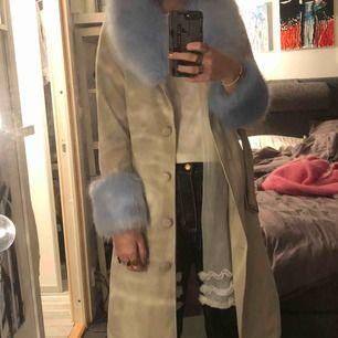 Jacka med blå fluff på ärmarna och kragen!  Köptes men kommer inte till användning:) Frakt på 63kr tillkommer, bara att höra av er om något eller fler bilder 🥰