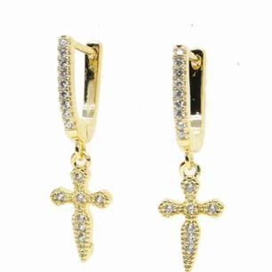 Säljer dessa fina helt oanvända guld pläterade örhängen från VIC + CO beställda från USA.