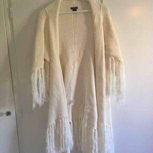 Härligt och riktigt skön lång stickad poncho tröja . Off White. Köpt på Lindex . Jätte skön att svepa om sig kalla dagar. ☺️❄️