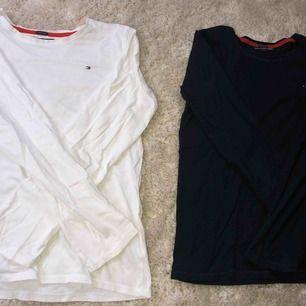 1 för 100, 2 för 180. Två stycken basic långärmade tröjor i t-shirt material från Tommy hilfiger, vit och marinblå. Barnstorlek 164 men passar även xs. Jag har använt ett antal gånger men växte ut dem tyvärr.