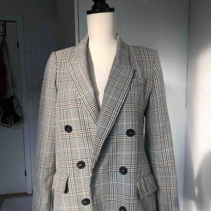 Säljer min super fina kappa från Zara som jag älskar men längre inte använder! Nypris 700kr!