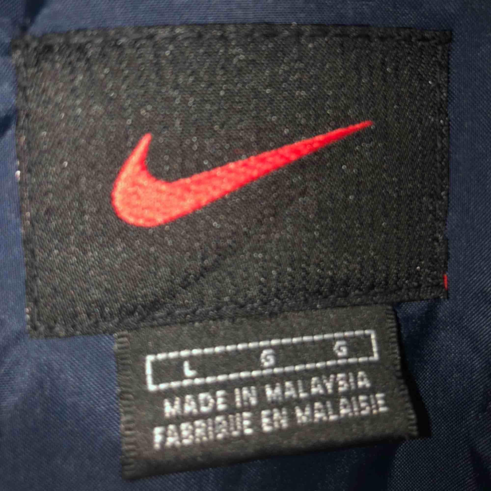 Snygg vintage Nike vindjacka med fodring. Ganska stor så den ger en snygg oversized fit. Möts upp i Stockholm eller så betalar köparen för frakten:). Jackor.