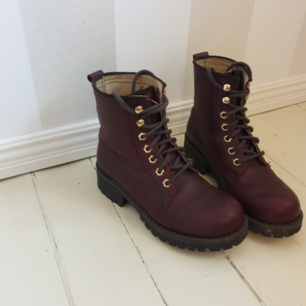 Perfekta skor att ha nu i november, från Urban Project i modellen Victory. Storlek 37 och i äkta läder. Köpte dem hösten 2017 men de är knappt använda pga köpte för liten storlek, så de är i jättefint skick! 🌼