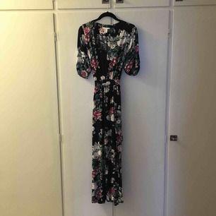 En så härlig somrig och drömmig klänning, passar bäst på sommaren. Skön och fladdrig med bälte så man kan knyta rosett där bak. Använd en gång (från H&M) 🌷🌾