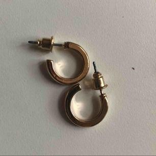 Guldiga örhängen ifrån hm, säljer endast i västerås. 1cm stora.