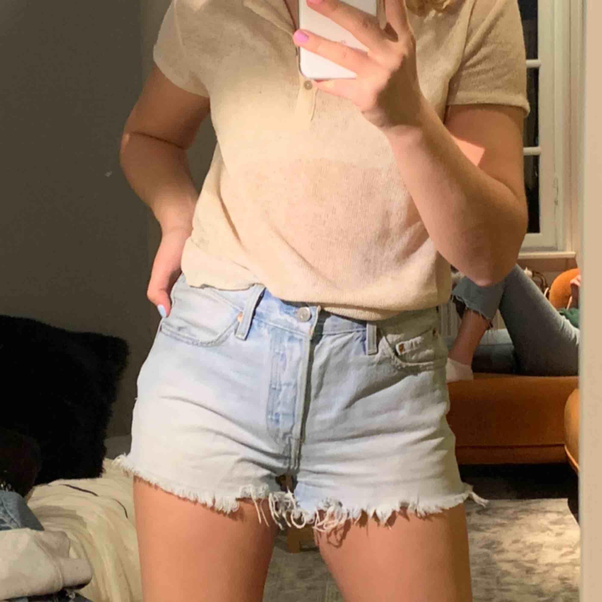 Säljer mina Levis shorts köpta för 600 säljer för 150! Säljer pga för stora för mig💕 Köpare står för frakt!. Shorts.