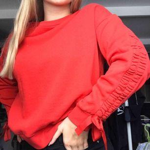Superfin röd tjocktröja med superfina detaljer på armarna! Knappt använt köpt på Cubus för något år sedan. Frakt ingår inte, fråga gärna om du har frågor!😊❤️