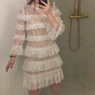 Hej, jag kollar intresse för min By Malina Carmine cloudy white dress. Den är helt ny och helt oanvänd och är i storlek S. Kostade 1999kr originellt och pris kan diskuteras. Köpare står för frakt :)