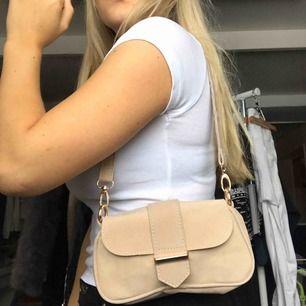 Superfin baguette väska HELT NY, används tyvärr inte vilket är supersynd då den är så fin!!😩 fråga ifall du har frågor!❤️