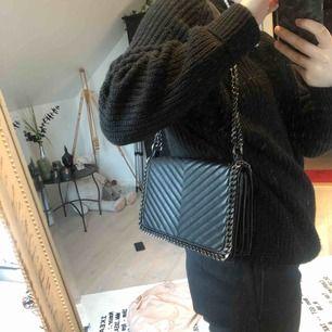 Väska från Gina. Använd ca 2 gånger så är som ny, inga märken! Köpt för 400kr  Går att ändra längden på rämmen till 1/2