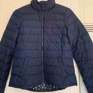 En mycket fin blå Tommy Hilfiger jacka i storlek M,men passar även S.   Den är knappt använd och i ett mycket bra skick :)  Nypris:1450kr