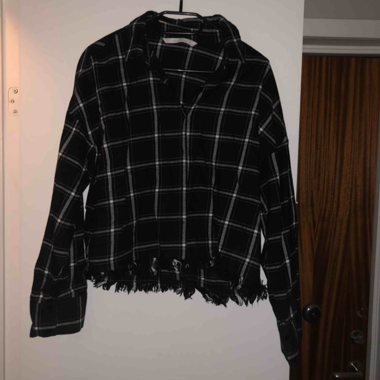 Jätteskön skjorta från zara med fransar nertill. Köpt förra året men den är knappt använd🌸 frakt på 50kr tillkommer!. Skjortor.