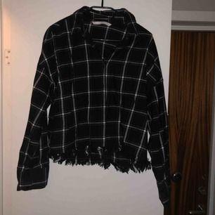 Jätteskön skjorta från zara med fransar nertill. Köpt förra året men den är knappt använd🌸 frakt på 50kr tillkommer!