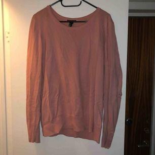 Enkel varm tröja i rosa från H&M. Säljer billigt pga att den inte används och tar upp onödig plats.🌸 frakt på 50kr tillkommer!
