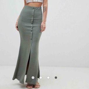 Helt oanvänd (lappen sitter kvar) supersnygg kjol från Asos. Grågrön färg.