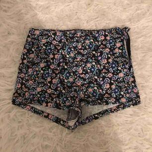 Fina shorts från HM i storlek 34. Använda ytterst få gånger och är i nyskick. Säljes då plagget inte kommer till användning och är för litet för mig
