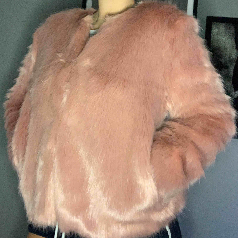 Storlek M men passar S om man vill ha en tjockare tröja under. Passar till vinter och höst/vår beroende på underplagg. Nyskick . Jackor.