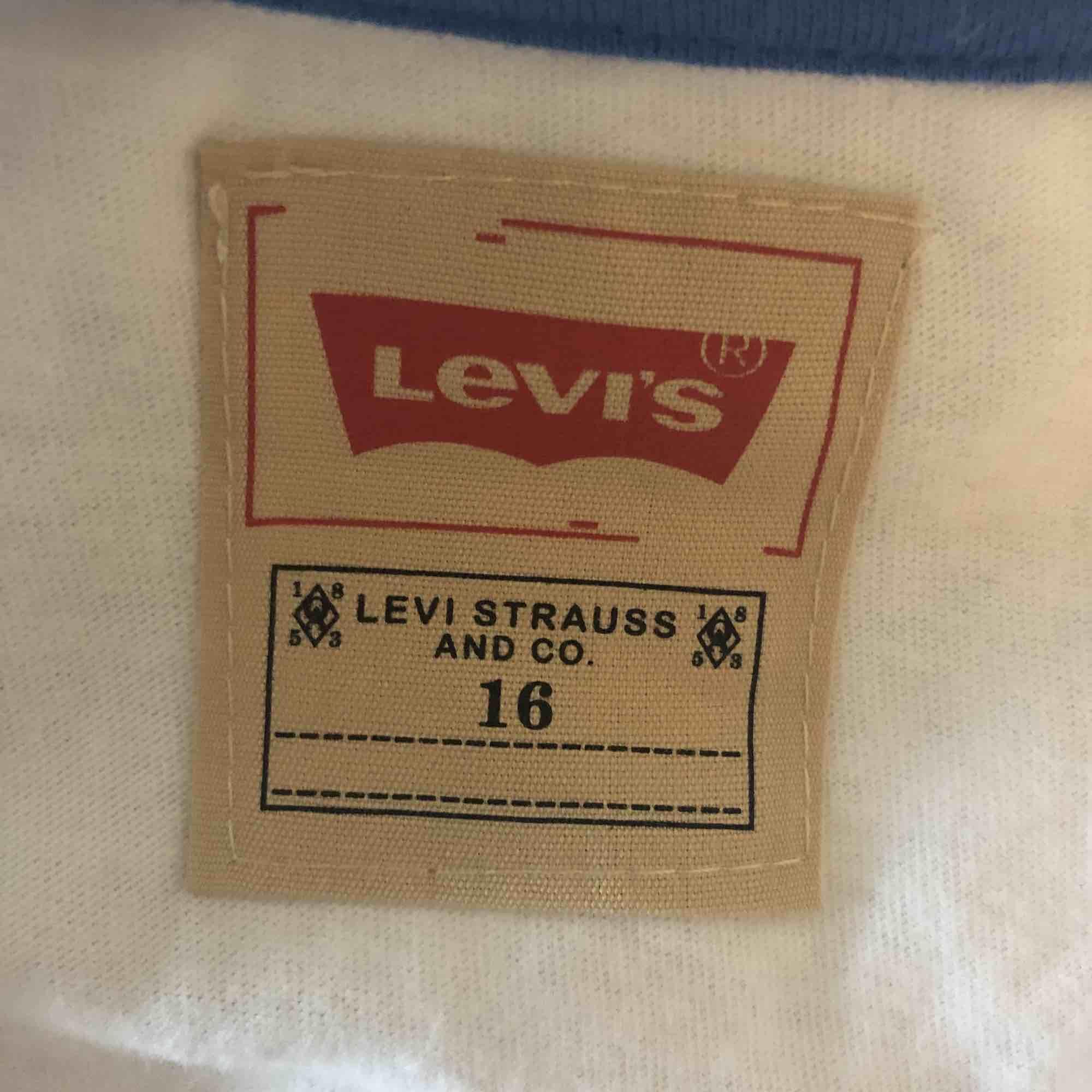 Vit  tshirt från Levis, storlek 16 men sitter som S, aldrig använd💗. T-shirts.