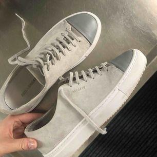 I princip helt nya Axel Arigato skor i modellen cap-toe. Använda max 5 gånger (som ni ser på sulan). Köpta för 1550kr 🥰