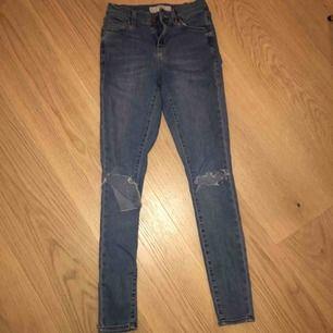 Jättefina blå jeans med hål i knäna, köpta i England. Tyvärr blivit för små för mig så säljer dom nu!