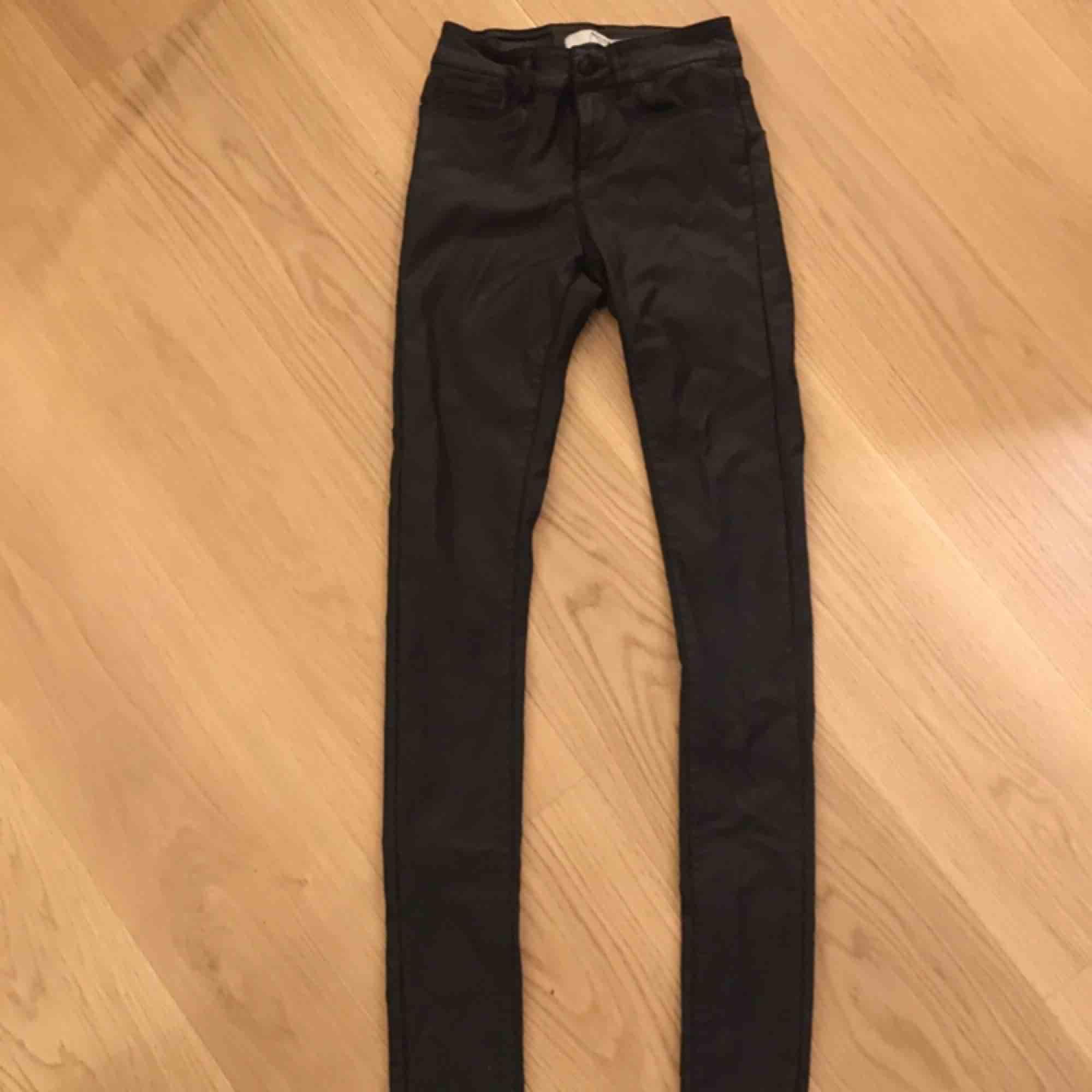 Jättesnygga skinnbyxor som sitter som ett smäck! Tyvärr lite för långa för mig därför jag säljer dom!. Jeans & Byxor.