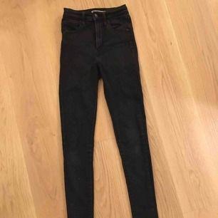 Ett par svarta tighta Levis jeans. Blivit för små för mig så säljer dom vidare då dom fortfarande är i väldigt gott skick!
