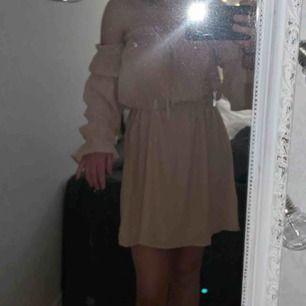 Säljer min beigerosa off-shoulder klänning i storlek S från Nelly. Har använt den 1 gång. 💓 Nypris : 399kr. Köparen står för frakt
