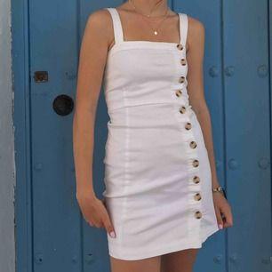 Säljer denna superfina vita klänningen med knappar köpt från forever 21 i somras i Usa, säljer pga ej kommer till användning. Bra skick. Köparen står för frakt🌸 pris kan diskuteras