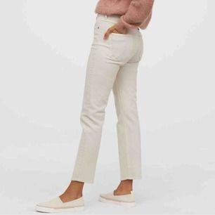 Sparsamt använda jeans från H&M i en perfekt kall beige färg🧸 säljer pga för korta för mig:( frakt tillkommer!