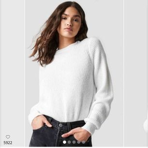 En vit stickad är ett måste i alla garderober! Supermysig och fin vit färg🌫 säljer pga råkade beställa två stycken och hann ej skicka tillbaks. Frakt tillkommer⚡️