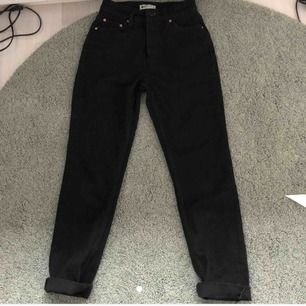 svarta raka jeans som jag köpt här på plick för någon dag sedan💓 lite mindre än en vanlig 34💓bilderna är lånade från hon jag köpte av💓köparen står för frakt