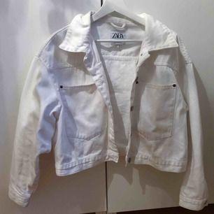 Supersnygg liite oversized jeansjacka från ZARA. Använd en sommar och bra skick. Skrynklig på bilden men jag stryker den innan leverans ☺️ Köpare står för frakt.