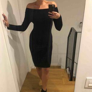 Svart ribbad offshoulder klänning! Köparen står för frakten