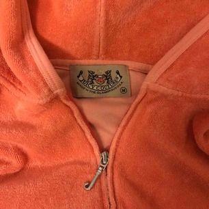 Rosa Juicy couture tröja i frotté. Är en ljusare nyans i verkligheten