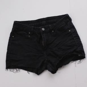 Svarta jeansshorts från Cheap Monday i avklippt modell. Sköna och stretchiga. Bara provade, så dom är i toppen skick! Köparen står för frakten 🌠