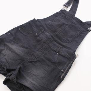Supersköna hängeselshorts i jeans från Cheap Monday. Ficka farm på bröstet + bakfickor, av klippt modell. Stretchiga. Sitter snyggt och skönt. Använda nån enstaka gång, dom är som nya. Köparen står för frakten 🌠