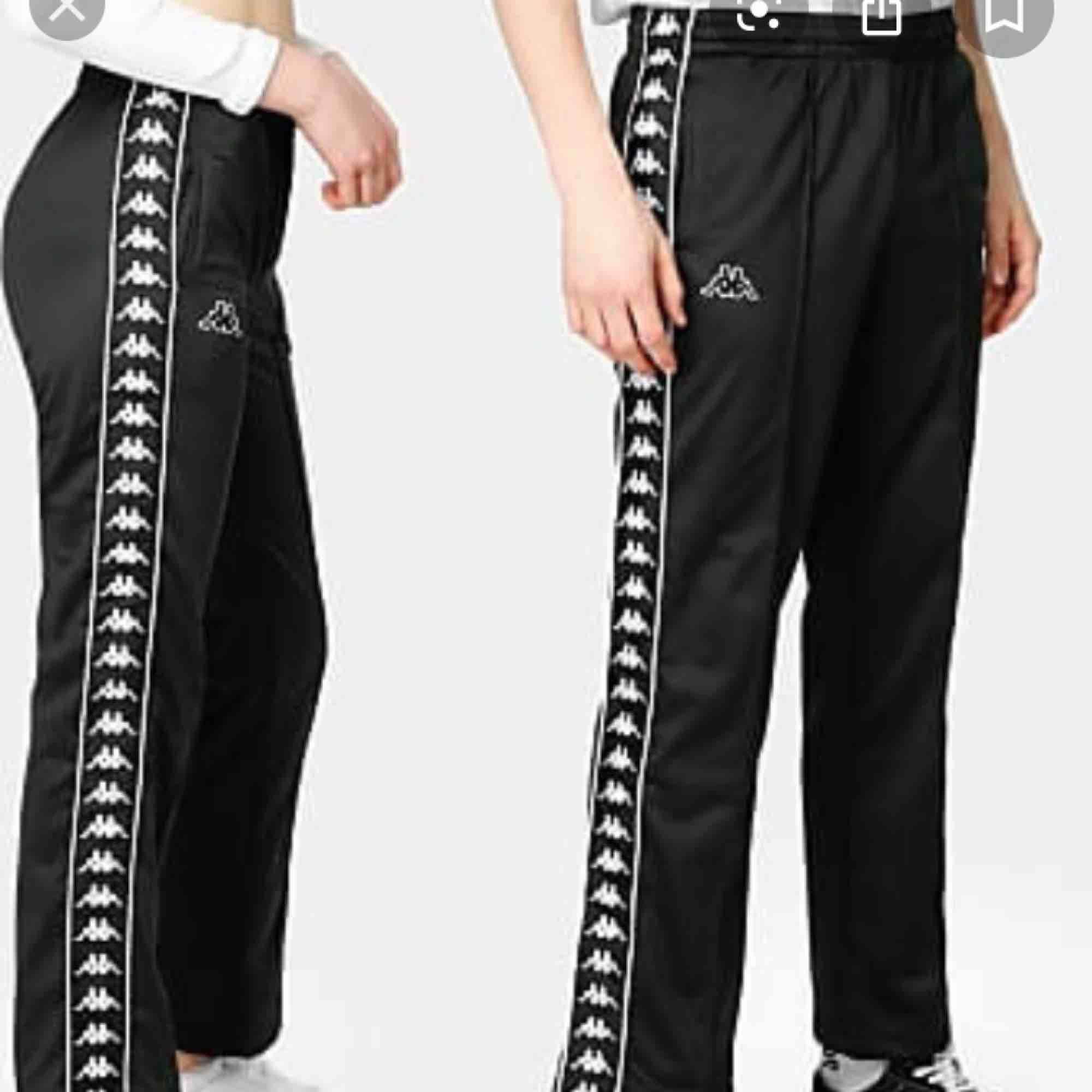 Ett par trendiga byxor med knappar i sidorna från Kappa! Bild 1 visar hur de sitter på mig som har storlek 34. Bild 2 visar hur modellen ser ut på deras hemsida, men hittade tyvärr ej exakt de byxor jag säljer, som har röda detaljer. . Jeans & Byxor.