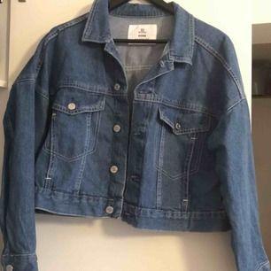 Jeansjacka i lite croppad modell. Använd 2-3 gånger. Frakt tillkommer.