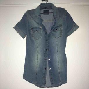 Jeans skjorta , kortärmad. Knappt använd. I bra skick 👕