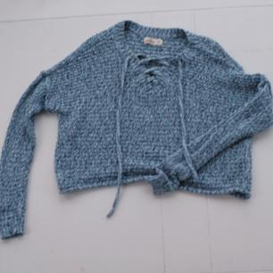 Superfin stickad tröja från Hollister med knytning fram. Jättefint skick. Sticks inte. Köparen står för frakten 🌠