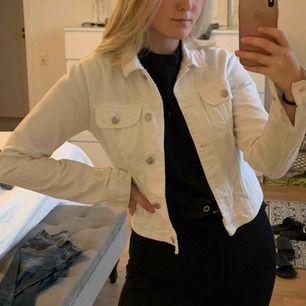 Jättefin vit jeansjacka från Nelly! Knappt använd. Köparen står för leveransen💞