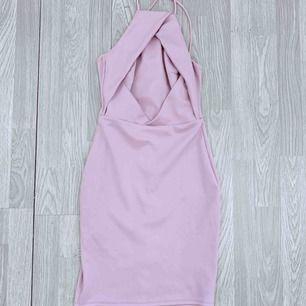 Superfin kort pastell rosa/lila klänning från NLY One, storlek xs. Korsade axelband. Fint skick.  Möts upp i Stockholm eller fraktar. Frakt kostar 54kr extra, postar med videobevis/bildbevis. Jag garanterar en snabb pålitlig affär!✨