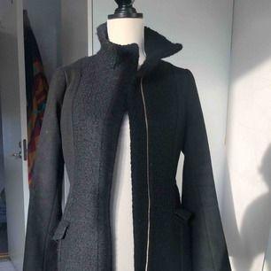 Säljer en kappa från H&M i super fint skick!
