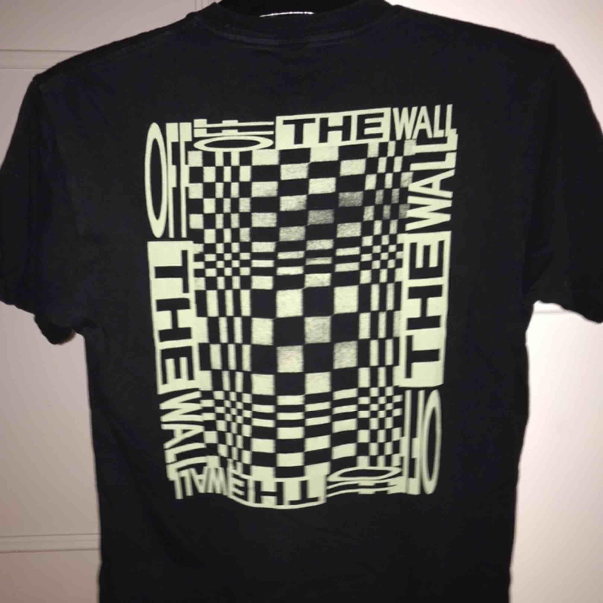 Cool Vans tröja köpt från Asos med snyggt tryck på ryggen. Säljer pga att den inte används längre :( Jättebra kvalite.. T-shirts.