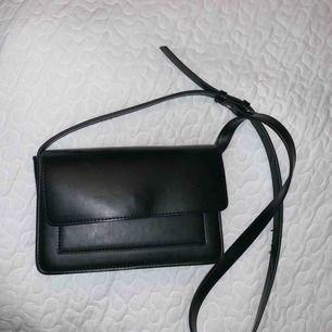 Jättefin svart läder väska från Åhléns men starks och fint material.