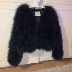 Säljer en jättefin jacka utav äkta päls. Den är knappt använd så den är i bra skick. Säljes pga jag inte använder den