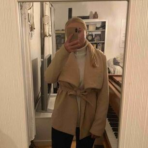 Säljer min knappt använda kappa. Bra skick o säljes pga att jag inte använder den