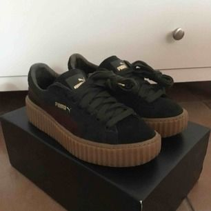 """Rihanna Fenty X Puma Creeper """"Green/Bordeaux"""". Använda men i mycket bra skick! Kommer med extra tillhörande skosnören. Frakt tillkommer alternativt mötas upp i Gbg."""